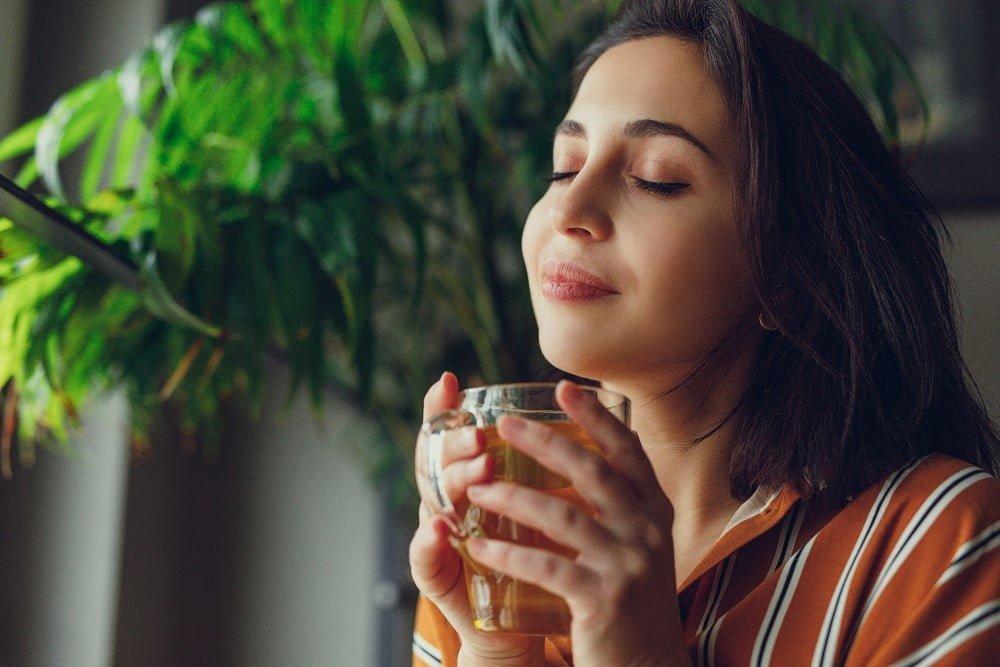 Kvinde der drikker te